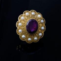 Broche ovalado con cuarzo amatista y perlas.