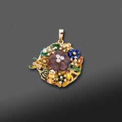 """Colgante con decoraciòn en esmalte estilo """"Diorette"""" en oro amarillo de 14K."""