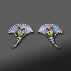"""Pendientes cortos estilo """"Art Nouveau"""" con decoración en esmalte y diamantes."""