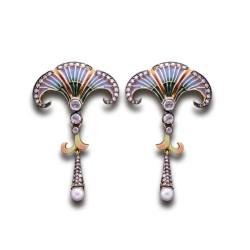 """Pendientes largos de estilo """"Art Nouveau"""" con decoración en esmalte, diamantes y perla ."""