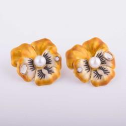 """Pendientes cortos en forma de """"pensamiento"""" con diamantes y perlas."""