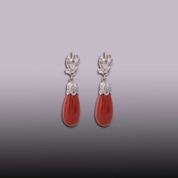 PENDIENTES LARGOS LAGRIMAS DE CORAL 45,50 ct. TAPES 1,10 ct EN ORO BLANCO 750mm.